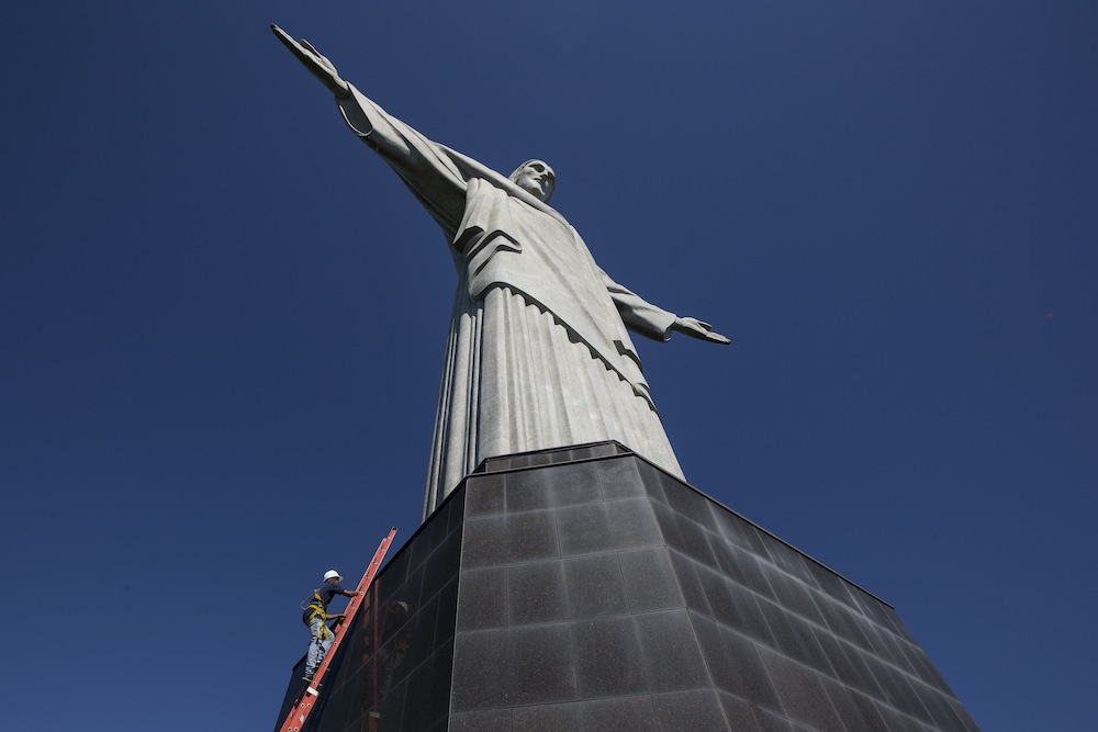 Lightning Strikes Rio's Christ The Redeemer And Breaks Its Finger