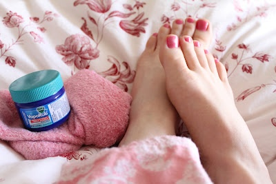 20 simple life hacks to help with every day life for Putting vicks on the bottom of your feet